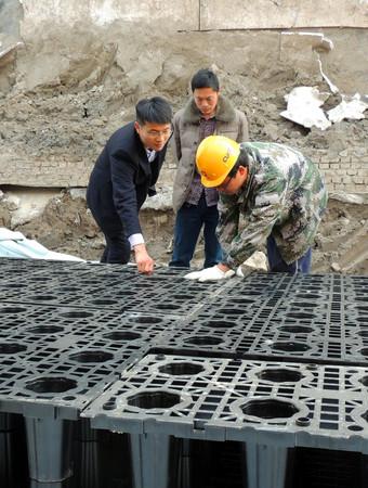 总经理蔡永超视察雨水收集利用系统施工现场
